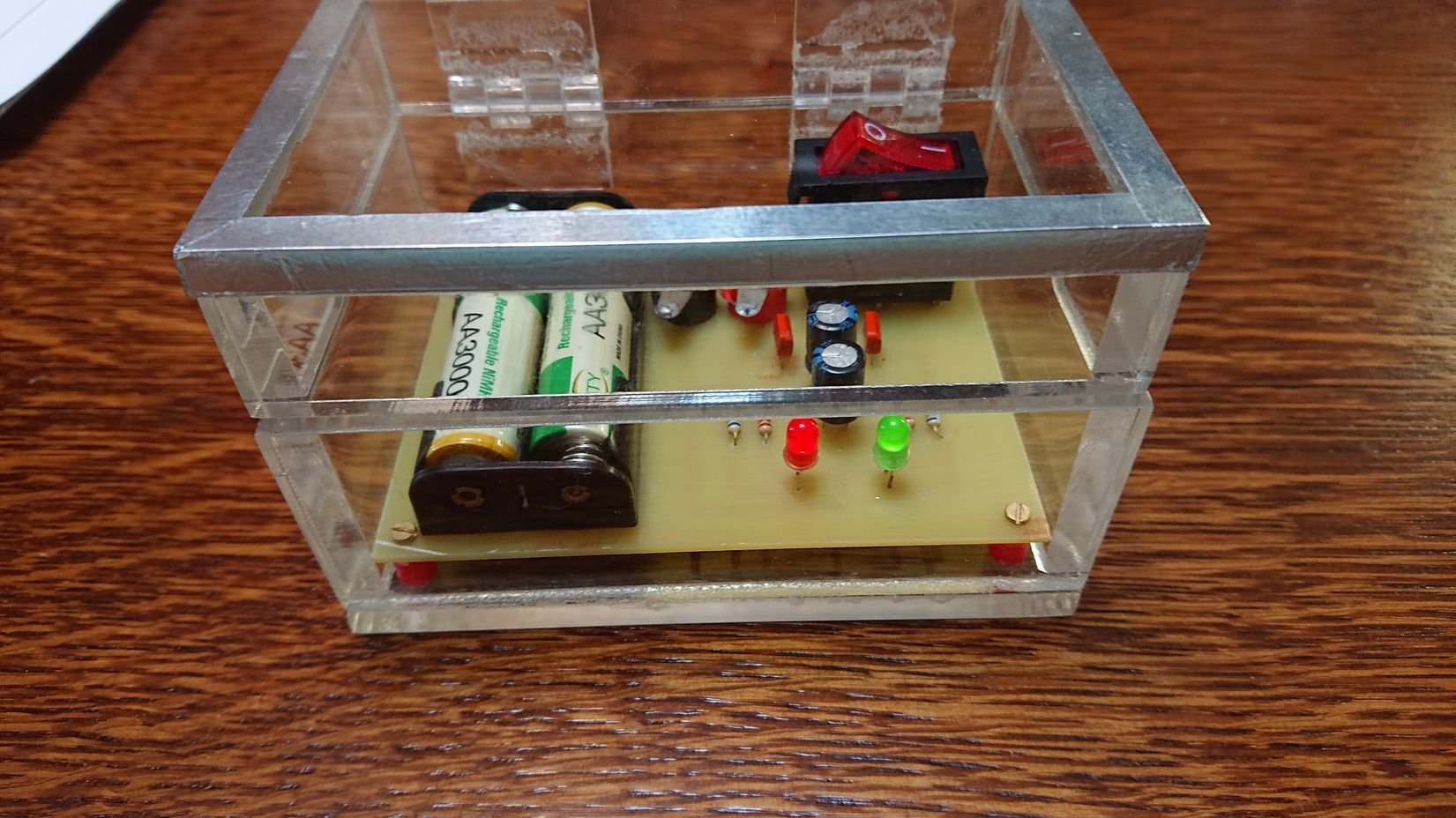 Симметричный мультивибратор (два мигающих светодиода, схема для начинающих)
