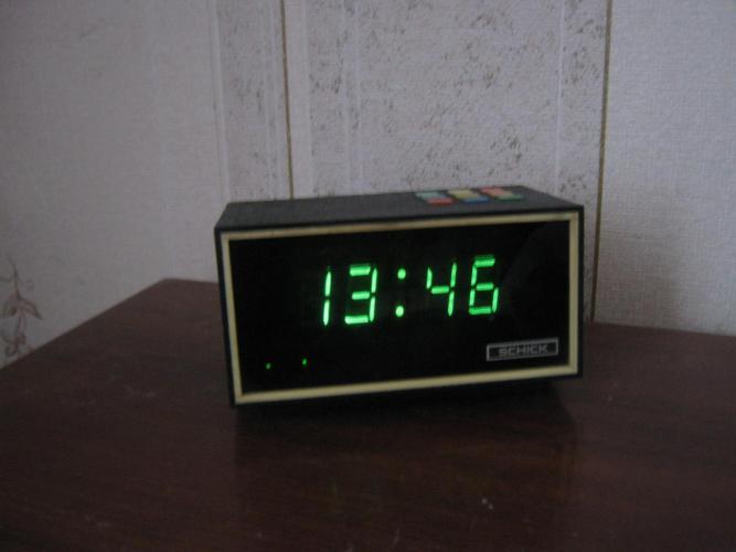 После установки будильника тумблер s5 размыкается, а затем замыкается кнопка s1 и на индикаторе появляются показания текущего времени.