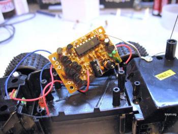 В качестве микроконтроллера воспользуемся ATMEGA8, в качестве микросхемы драйвера L293DNE.  За основу взята схема с.